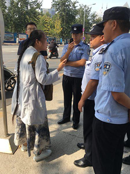 在山东省省委门前,警察要把李宁带到信访局。她向警察讲诉母亲的案子过程!最终仍被带走!(受访者提供)