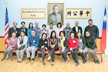 紐約華僑學校1968年日班小學畢業校友,6日捐專款造福學弟妹。