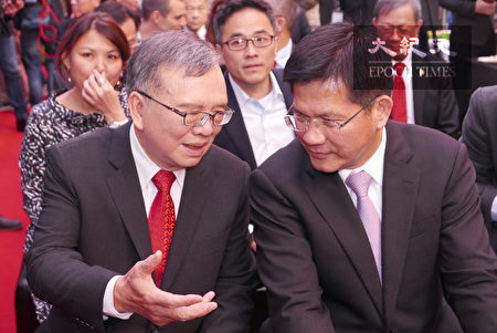 中華電信董事長鄭優(左)與交通部長林佳龍(右)在記者會上交談。