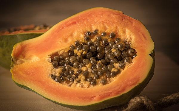 有便秘的人,不妨每天食用半个至一个木瓜。