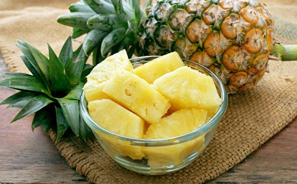 凤梨中的蛋白质分解酵素,能协助消化蛋白质,饭后吃凤梨可解腻、助消化。