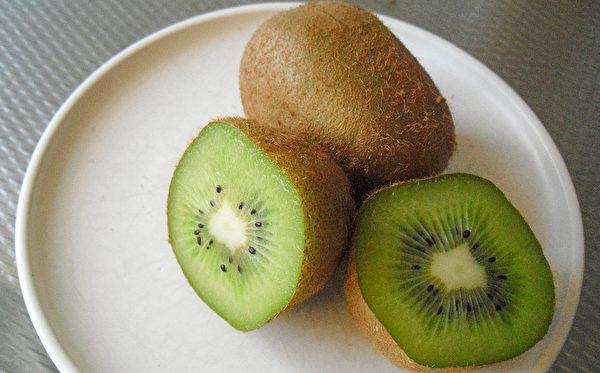 饭后吃一颗奇异果,可帮助肠胃分解蛋白质,使人体容易吸收养分。(Pixabay)
