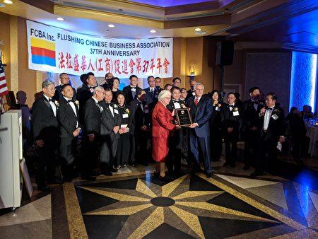 """理事长戴宏向法拉盛银行的总裁John Buran颁发""""杰出贡献奖""""。"""