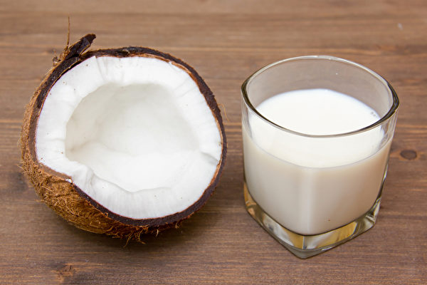 椰奶幫助減肥、抗炎,有許多好處。最好飲用自己製作的天然椰奶。