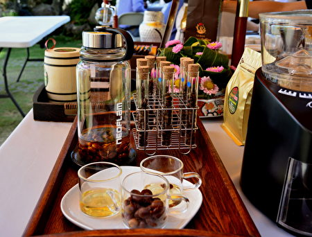 「林品牛樟咖啡」特別為現場來賓沖泡咖啡果香茶,這是採用咖啡果實的果皮製作,口感清甜,果香十足。