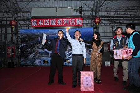 台电副总经理陈建益(左2)提供奖品为模彩助兴。