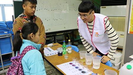 酸鹹玩玩樂,以蝶豆花水作實驗,順便讓闖關的小朋友了解蝶豆花含有花青素,有益眼睛的保養。