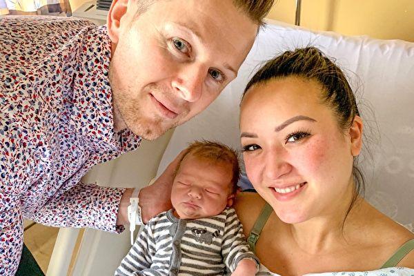 2019年卑詩新年寶寶多米尼克(Dominik Soswa)和疲憊的父母。(Frasher Health提供)