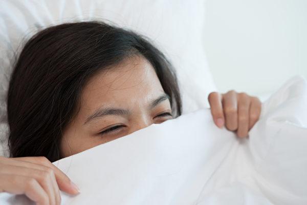 睡眠不足的后果包括免疫力降低、体重增加等等。