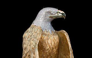 一尊遍體純金、頭部鑲鑽的金鷹雕像。(加通社/Ron Shore)
