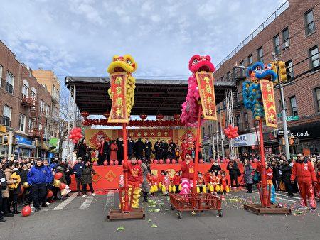 三只舞狮登上三米高的桩柱上采青,前来观赏舞狮采青的街坊民众塞满街头。