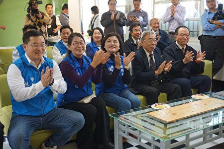 总裁王文渊(右二)县长张丽善(右三)副县长谢淑亚(右四)为小朋友精彩的表演鼓掌拍手!