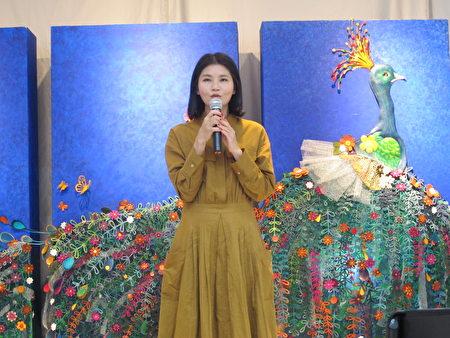 文化处长陈璧君也非常赞赏江沛瑜的作品,把生活跟皮雕结合