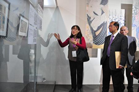 清華大學文物館籌備處主任馬孟晶(左)為來賓導覽解說