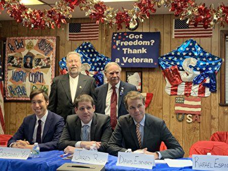 前排左起:余炳文、瑞曲、艾森巴赫三人昨晚参加州众议员寇顿(后排右一)主办的公益维护官竞选辩论会。