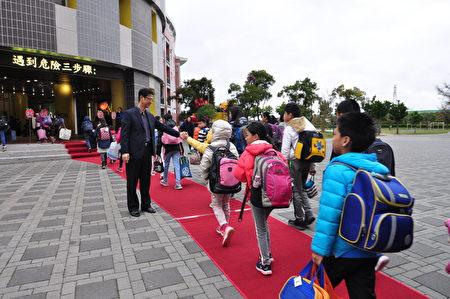 開學日興隆國小學童走紅毯進入校園,校長徐發斌親自迎接和孩子打招呼