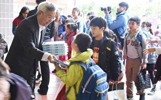 开学首日 竹县警护童安全发放宣导品