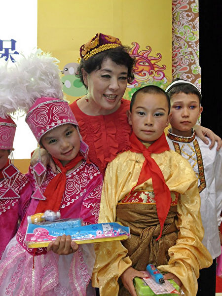 簡文秀為新疆兒童獻唱