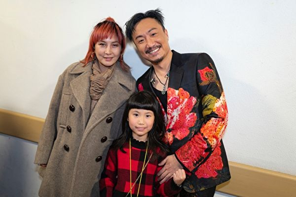 何超仪(左)利用过年假期,去声援支持好友郑中基(右)的红馆演唱会