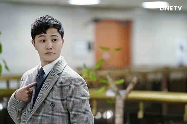 晋久《王牌大律师》饰演怪胎律师。