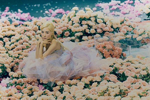 """""""少女时代""""的Tiffany Young(蒂芬妮)发行个人首张英文EP专辑《Lips On Lips》宣传照。(环球唱片提供)"""