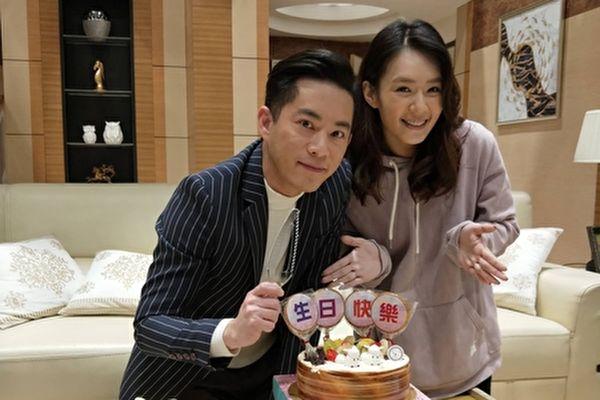 韩宜邦(左)知道李又汝(右)平常很节俭,收到她送的鸡精,直呼感动