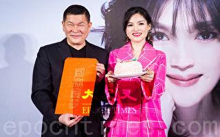 谈诗玲(右)2月27日在台北出席新专辑