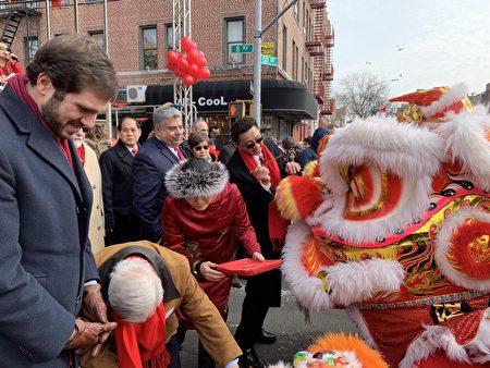 华协会会长麦保罗邀嘉宾用朱砂为舞狮点睛。