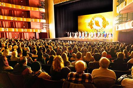 神韵晚会今年1月在林肯中心大卫寇克剧院的演出,连续14场爆满加座。