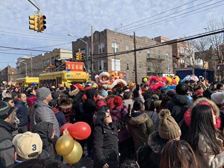 布禄崙华人协会花车开道,醒狮队、表演嘉宾、学生和社区民众等紧随其后。游行队伍沿途向各商户和民众贺岁,马路上人山人海。
