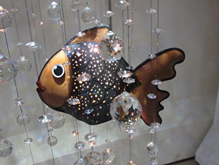 鱼造型的吊饰作品 透过灯光及水晶展现另一种美的忿围