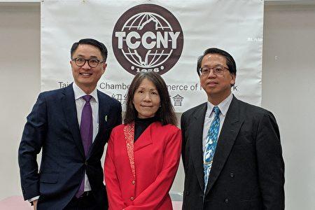 台湾商会总干事张育诚(左)、SBA经济发展专员郭曼丽(中)、台湾商会会长江明信(右)一同合照。