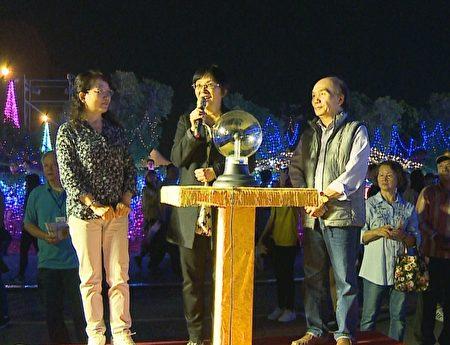 台湾法轮大法学会理事长张锦华(中)希望,法轮大法传统艺术花灯,给大家带来光明的正能量,迎向更健康幸福美好的一年。并邀请全国乡亲及各国游客来法轮功灯区赏灯。