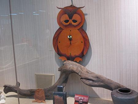 猫头鹰造型的时钟皮雕
