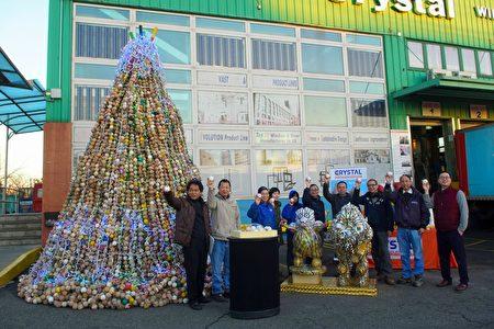 """台湾艺术家林世宝(左一)在纽约协和铝门窗总部举行""""希望之树""""点灯仪式。"""