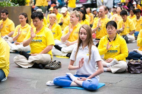 2017年,世界各國法輪功學員在紐約參加慶祝世界法輪大法日系列活動。(Ntd.tv)