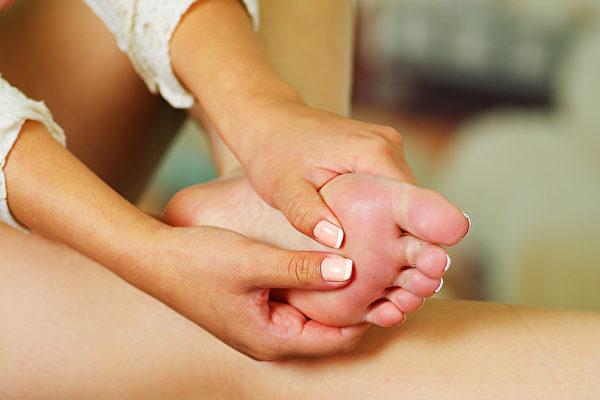 按摩脚底的穴位可以改善头痛。