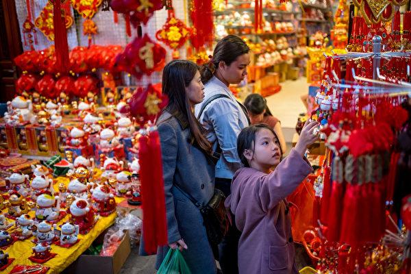 越南河内华人买新年装饰。(Linh Pham/Getty Images)