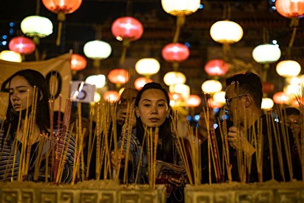香港人新年祈福。(PHILIP FONG/AFP/Getty Images)