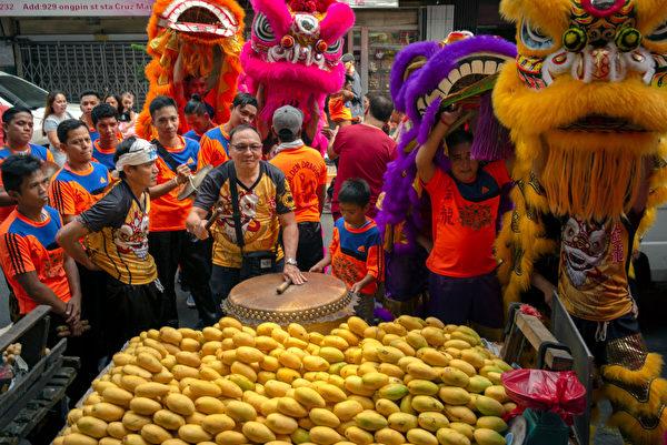 2月4日,马尼拉华人舞狮舞龙。(Jes Aznar/Getty Images)