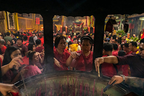 菲律宾马尼拉华人焚香祈福。(Jes Aznar/Getty Images)