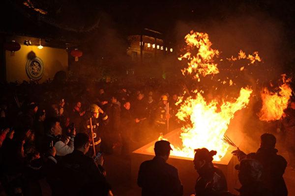上海民众在龙华庙焚香祈福。(MATTHEW KNIGHT/AFP/Getty Images)