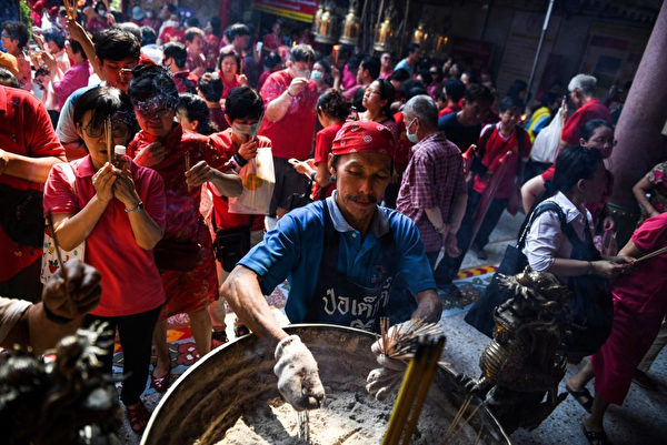 泰国曼谷华人焚香祈福。(Lillian SUWANRUMPHA / AFP/Getty Images)