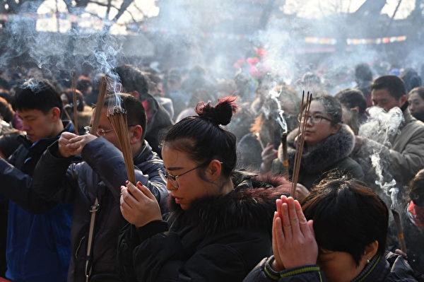 数万名北京民众到雍和宫焚香。(GREG BAKER/AFP/Getty Images)