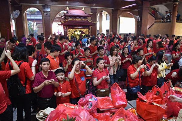 菲律宾马尼拉的华人在寺庙祈福。(TED ALJIBE/AFP/Getty Images)