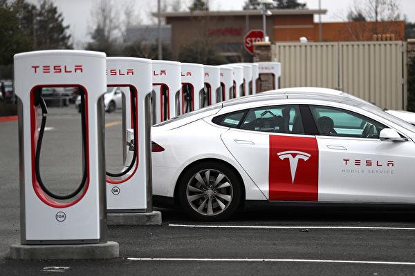 「特斯拉」一批電動車被扣在中國海關。圖為一輛特斯拉電車正在加州一充電站充電。