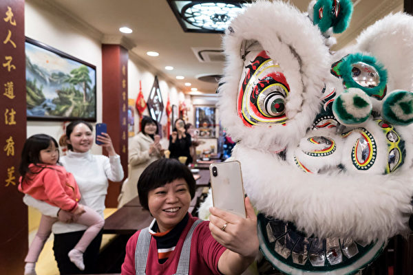 2月5日,日本横浜市唐人街舞狮子庆新年。(Tomohiro Ohsumi/Getty Images)