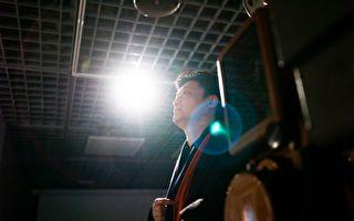 中共央视前主持人崔永元,近日遭网民翻旧账,指其20多年前主持的《实话实说》节目涉嫌造假。(Photo credit should read FRED DUFOUR/AFP/Getty Images)