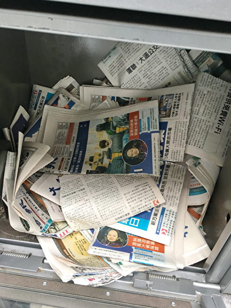 列治文的Lansdowne和Aberdeen天車站,中文大紀元報紙多次被撕毀,並丟棄在報箱中。