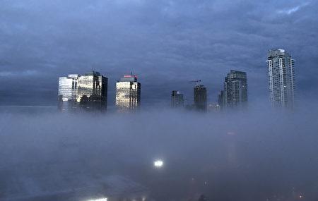 2019年2月20日早上,本那比市區出現難得一見的霧景。(大紀元)